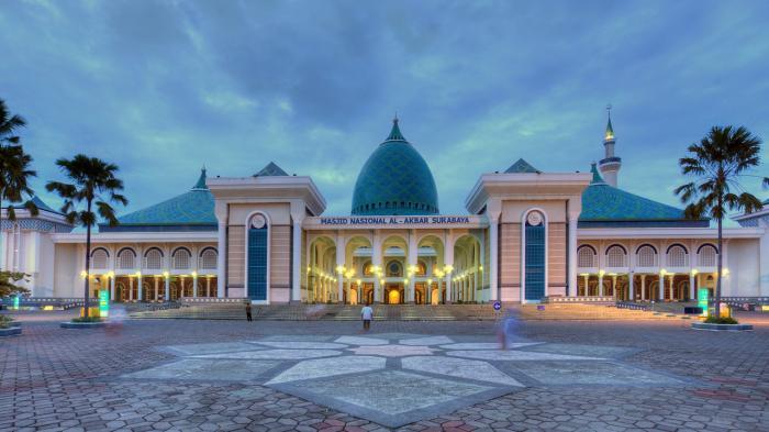 pemandangan Masjid Al-Akbar Surabaya